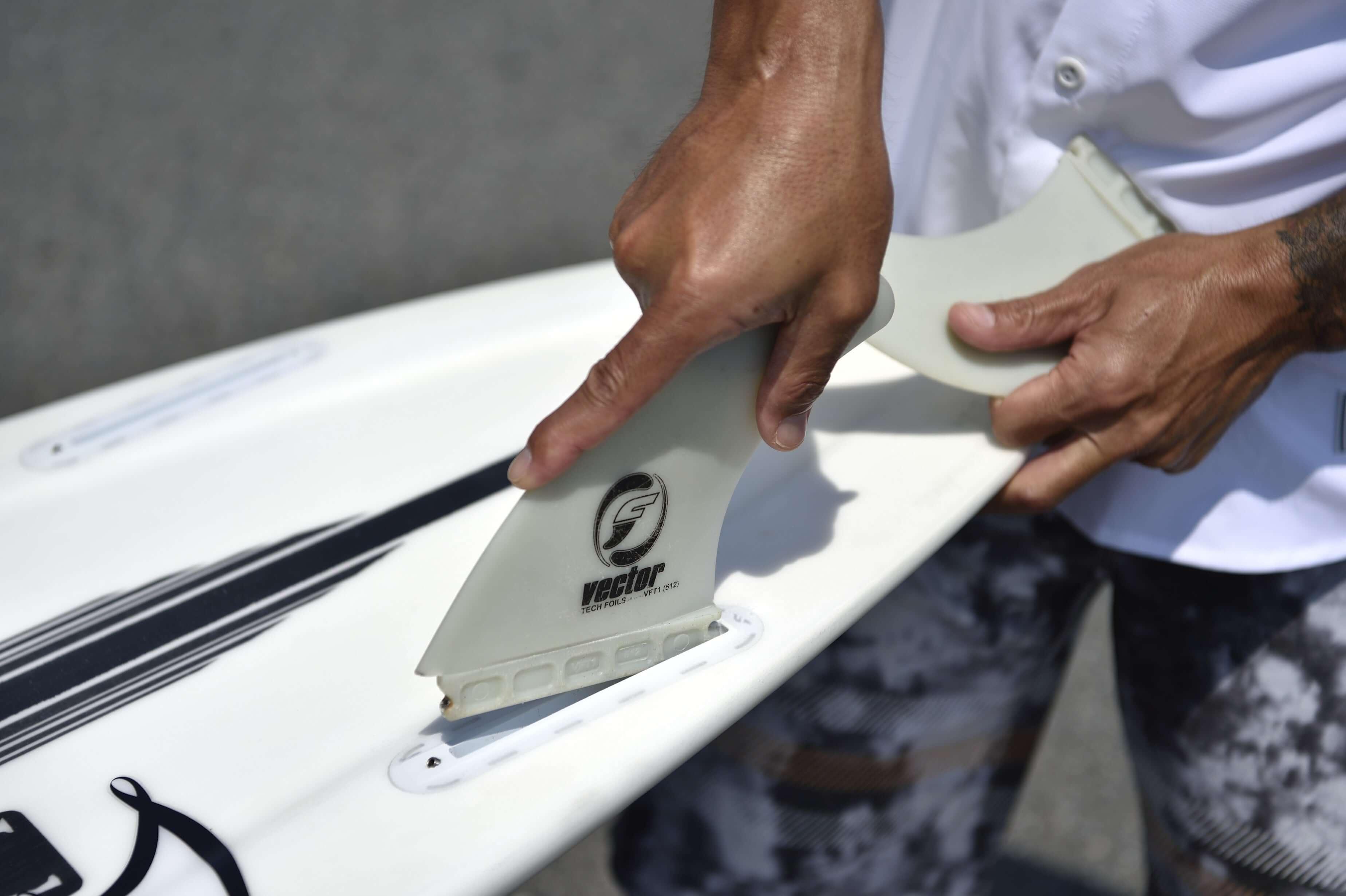 サーフィンの準備をする写真