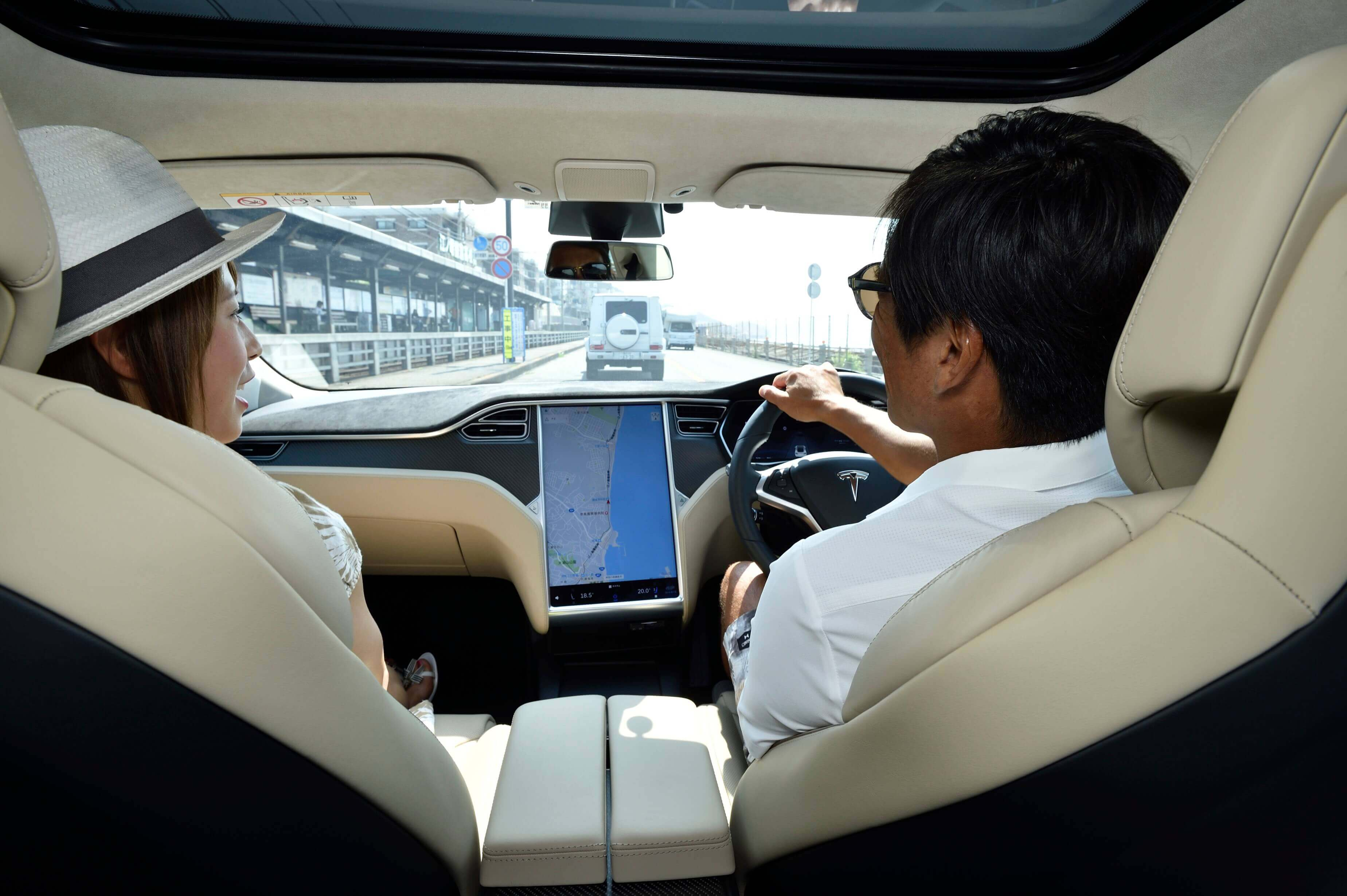 二人が車に乗って話している写真