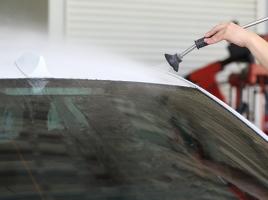 運転に悪影響を及ぼす車のフロントガラスの油膜…その原因と取り方とは?