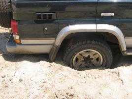 タイヤが脱輪したり、雪や泥でスタックした場合の対処法は?脱出する方法をご紹介!