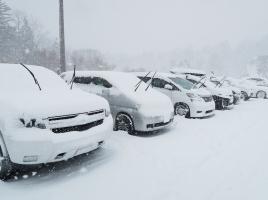 車に積もった雪を落とさずに走行。その危険性とは?