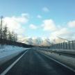 冬の高速道路に撒かれている白い粉の正体とは?どんな役割があるの?
