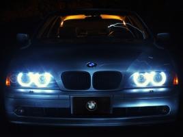 夕暮れ前から?ベンツやBMWなどで、ヘッドライトを早く点灯させる車が多い理由とは?