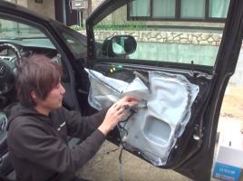 車のドア内側のビニール…その重要な役割とは?