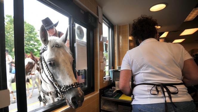 ヒヒーン!馬だってドライブスルー