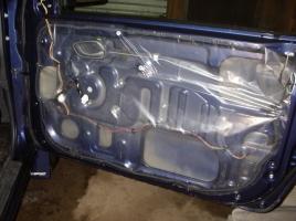 車のドアの内側に貼ってあるビニール…その重要な役割とは?