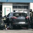 F1のピットクルーがもしガソリンスタンドで一般車をピット作業したら!?