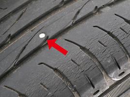 愛車のタイヤに釘が刺さっていたら、抜いたほうがいいの?