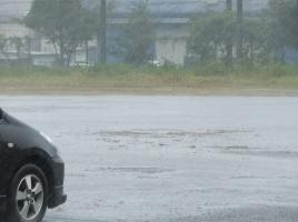 【動画】トラックが倒れそう?!高速道路で竜巻に遭遇したらどうすればいい?