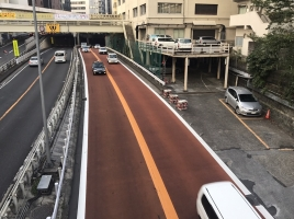 路面が赤い道路ってどういう意味?