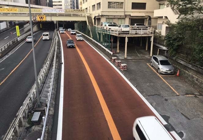 赤色の道路