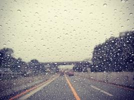 【運転編】大雨・台風の時はどうする?やっておきたい車対策