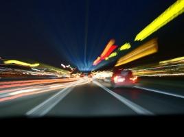 アウトバーンを時速300キロで走行中にパンク?!ドライバーの冷静な対応に拍手です【動画】