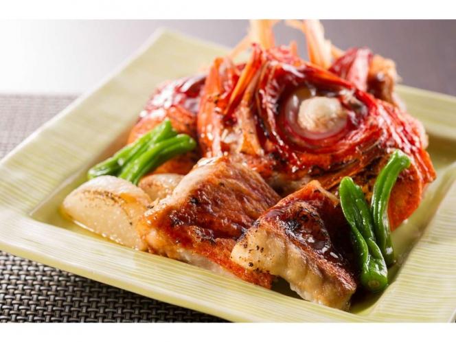 メイン料理の金目鯛の兜蒸し焼き