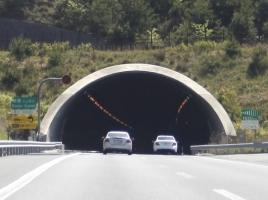 入り口が斜め、照明がところどころ切れている理由など…トンネルにまつわる雑学