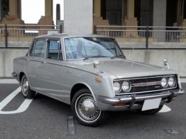 かつてはナンバープレート裏に給油口があった!? トヨタ コロナってどんな車?