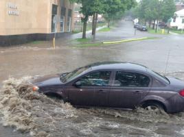 梅雨がやってきた!クルマの雨漏りや隙間風…不備が発覚した際の正しい対処法