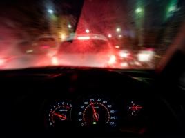 濃霧の中、安全に運転するコツは?