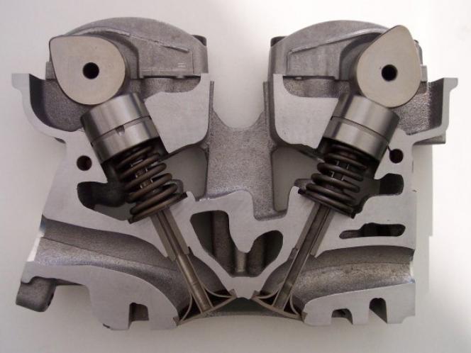 DOHCエンジン シリンダーヘッド