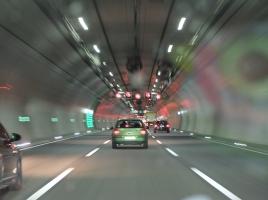 高速道路のトンネル内にある巨大扇風機、風力は台風クラス!?