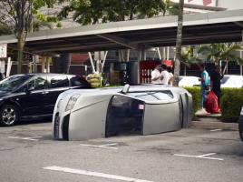【クイズ】車が真っ二つ!この車に何が起こったのか?