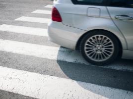 信号機のない横断歩道での対人事故。やはりクルマは100%の過失になるのか?