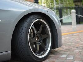 ラジアルタイヤとバイアスタイヤは何が違う?多くの車にラジアルタイヤが採用される理由は?