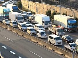 信号があるわけでもないのに…なぜ高速道路は渋滞するの?