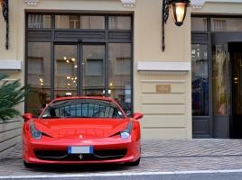 フェラーリとランボルギーニ、どちらが美しいのか比べてみた。