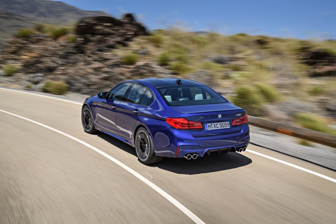 BMW M5 コーナリング