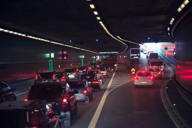 高速道路 渋滞 ブレーキランプ