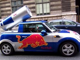 美女が乗っているレッドブルのサンプリングカー、どうやって作られている?【動画】