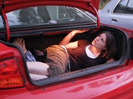 もしトランクに閉じ込められてしまったら…。トランクからの脱出方法とは?