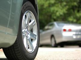 タイヤを1本だけ新品に交換して走っても大丈夫!?起こりうる問題と対策とは?
