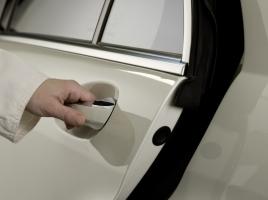 冬になると起こる静電気。車で発生しやすいタイミング、その対策とは?