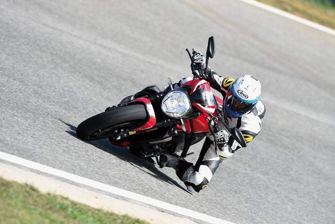 アヘッド Ducati Monster1200R 走行