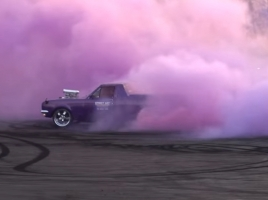 排気ガスが紫色?!世界一鮮やかなバーンアウトをご覧あれ。【動画】