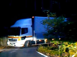 落ちたら死ぬような狭い酷道でトラックと遭遇!あなたならどうしますか?【動画】
