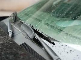 なぜ車のワイパーは劣化しやすいのか?適切な交換時期は?