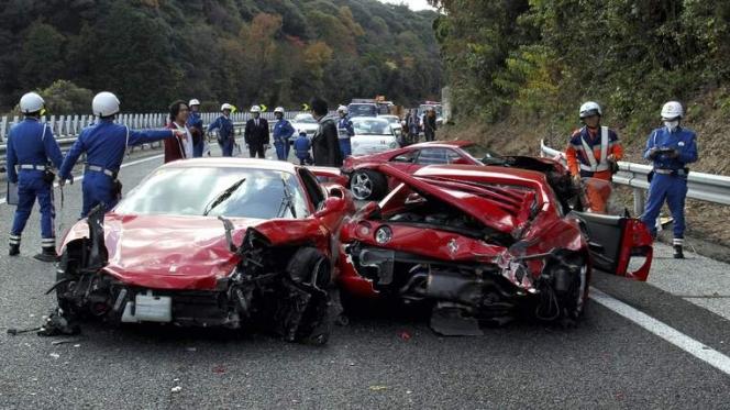 フェラーリ ランボルギーニ 事故現場