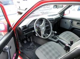 なぜ車のペダルは右がアクセル、左がブレーキの順番が多いのか?