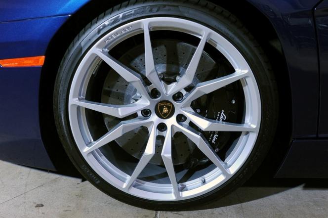 Lamborghini Aventador LP700-4 Roadster wheel