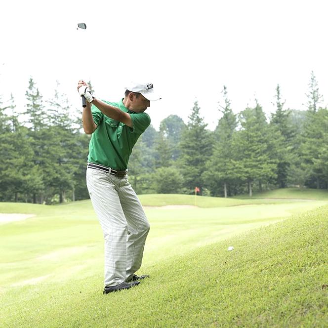 ゴルフ 傾斜 スイング