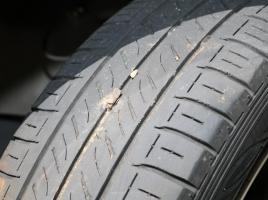タイヤの溝に小石が挟まっている!これって取ったほうがいいの?
