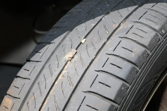 タイヤ 小石
