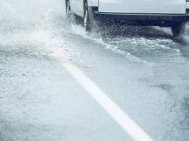 走行中、水たまりの水を歩行者にかけてしまった!罰金・クリーニング代は払うべき?
