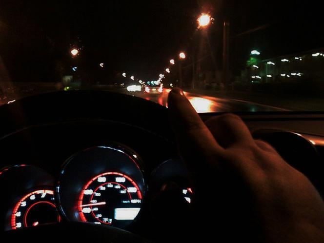 夜 運転 車