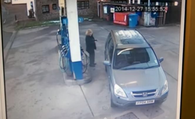 ガソリンスタンド、女性