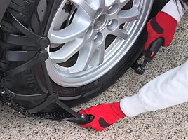 冬支度に朗報!タイヤチェーンの用意なら「バイアスロン セルフィット」がオススメ!車を移動するだけで自動装着のスグレモノ