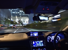 夜間にサングラスして運転って違法?